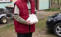 Rozwożenie paczek dla seniorów z Górzna, którzy pozostają w domu, fot. Mikołaj Kuras dla UMWKP