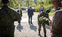 Uroczystość złożenia kwiatów pod obeliskiem poświęconym mieszkańcom Torunia poległym w czasie II wojny światowej (plac Rapackiego), fot. Andrzej Goiński