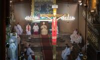 Uroczysta msza św. we włocławskiej katedrze oraz złożenie kwiatów pod płaskorzeźbą upamiętniającą pielgrzymkę św. Jana Pawła II, fot. Mikołaj Kuras dla UMWKP