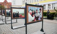 Wystawa zdjęć  przypominająca szczególną atmosferę, towarzyszącą wizytom Ojca Świętego we Włocławku (6 i 7 czerwca 1991 roku) oraz Bydgoszczy i Toruniu (7 czerwca 1999 roku), fot. Andrzej Goiński/UMWKP