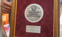 Stuletnia Wanda Frankiewicz odebrała medal Unitas Durat Palatinatus Cuiaviano-Pomeraniensis z rąk wicemarszałka Zbigniewa Sosnowskiego, fot. Szymon Zdziebło tarantoga.pl dla UMWKP