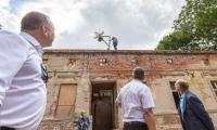 Uroczystość zawieszenia wiechy na dachu odbudowywanego dworku w Dusocinie, fot. Szymon Zdziebło/tarantoga.pl dla UMWKP