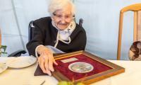 Do grona rówieśników Niepodległej uhonorowanych medalem Unitas Durat Palatinatus Cuiaviano-Pomeraniensis dołączyła stuletnia Joanna Ziółkowska, fot. Szymon Zdziebło tarantoga.pl dla UMWKP