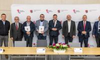Uroczystość podpisania umowy na budowę dwóch odcinków ścieżki rowerowej w powiatach toruńskim i golubsko-dobrzyńskim, fot. Szymon Zdziebło tarantoga.pl dla UMWKP