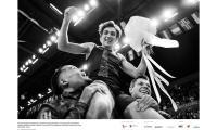 Mondo Duplantis świętuje z Pawłem Wojciechowskim i Emmanuelem Karalisem pobicie rekordu świata w skoku o tyczce (6,17 m) podczas meetingu Copernicus Cup, fot. Aleksandra Szmigiel