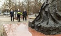 Złożenie kwiatów pod pomnikiem świętego Jana Pawła II, fot. Szymon Zdziebło / tarantoga.pl dla UMWKP