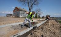 Budowa ścieżki wzdłuż dróg wojewódzkich nr 649 i 554 z Pluskowęs do Sierakowa, fot. Mikołaj Kuras dla UMWKP