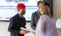 Nagrody dla laureatów wojewódzkiego konkursu popularyzującego ideę ekonomii społecznej, fot. Szymon Zdzieblo/tarantoga.pl dla UMWKP