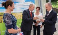 Wręczenie umów na dofinansowania kształtowania przestrzeni wsi i mniejszych miast, fot. Mikołaj Kuras dla UMWKP