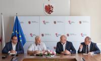 Podpisanie umowy na budowę chodnika w Podzamku Golubskim, fot. Mikołaj Kuras dla UMKWP