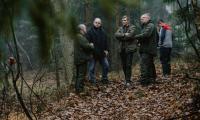 Marszałek Piotr Całbecki osobiście wybrał choinkę w lesie pod Raciniewem, fot. Łukasz Piecyk