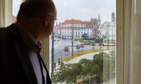 Montaż choinki przed Urzędem Marszałkowskim w Toruniu, fot. Łukasz Piecyk