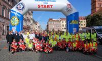 Zbiorcze zdjęcie organizatorów i uczestników Mistrzostw Polski Ratowników Drogowych przed startem
