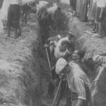 Kopanie rowów przeciwlotniczych, sierpień 1939 r. Toruń NAC