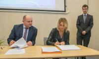 Rodzina w centrum - ceremonia podpisywania wniosku aplikacyjnego; fot. Szymon Zdziebło/tarantoga.pl