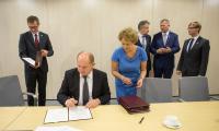 Uroczystość podpisania umów z samorządowcami w sprawie współpracy przy przebudowie dróg wojewódzkich, fot. Szymon Zdziebło/Tarantoga.pl