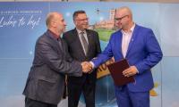 Uroczystość wręczenia umów beneficjentom, fot. Szymon Zdziebło/Tarantoga.pl